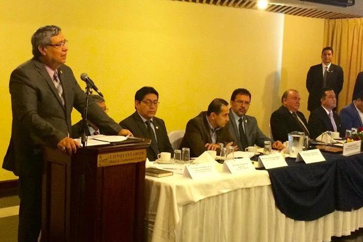 Jafeth Cabrera instala la Comisión Presidencial de Diálogo, en una actividad en un hotel de la zona 4. (Foto Prensa Libre: Vicepresidencia)
