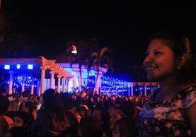 Decenas de personas acuden al acto de inauguración de la iluminación navideña en el parque La Unión, Escuintla. (Foto Prensa Libre: Melvin Sandoval)