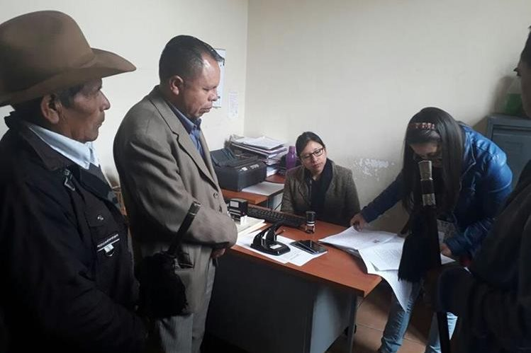 Representantes del Consejo de Pueblos de Cunén, Quiché, denuncian al alcalde Guadalupe Beten, por abuso de autoridad y usurpación de funciones. (Foto Prensa Libre: Héctor Cordero)