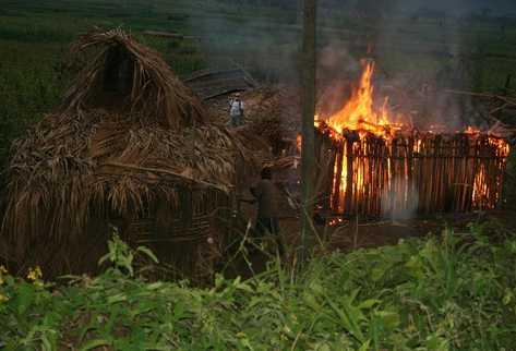 Durante el desalojo, las viviendas de los campesinos instalados en el  Valle del Polochic fueron incendiadas.
