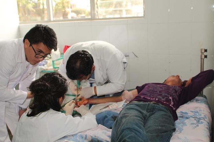 Uno de los heridos es atendido por médicos en el Hospital Regional de San Marcos. (Foto Prensa Libre: Aroldo Marroquín)