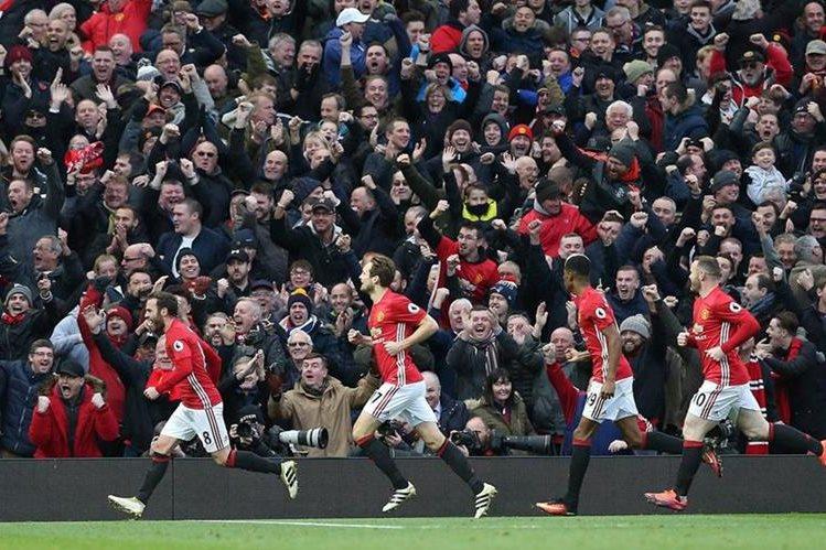 Dos aficionados del Manchester United se escondieron en uno de los baños del Old Trafford, el viernes último, para presenciar el duelo contra el Arsenal, del pasado sábado (Foto Prensa Libre: Hemeroteca PL)