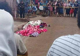 Vecinos de Santa Catarina Mita permanecen cerca del lugar donde fue ultimada una mujer y dos de sus hijos. (Foto Prensa Libre: Hugo Oliva)