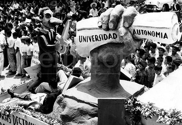 Carroza alusiva a los desmanes del partido de extrema derecha, Movimiento de Liberación Nacional. (Foto: Hemeroteca PL)