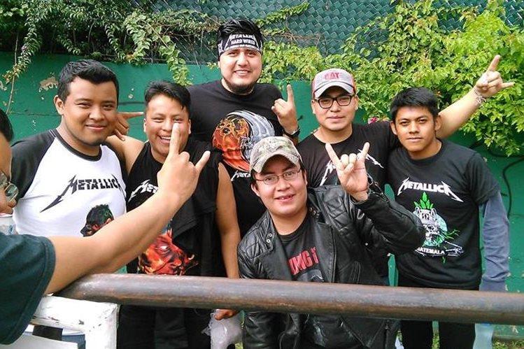 Fanáticos esperan desde hace varias horas o días el concierto de Metallica, a las afueras del estadio Cementos Progreso. (Foto Prensa Libre, Brenda Martínez)
