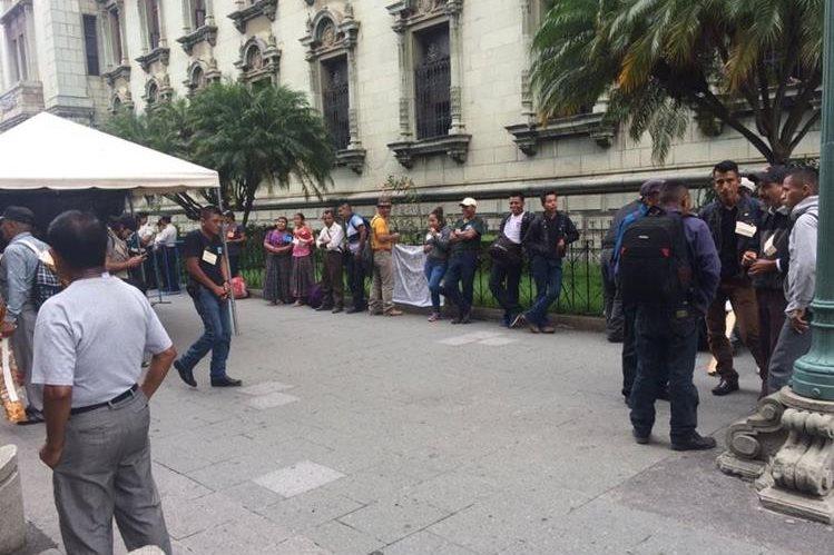 Los manifestantes se apostaron a un costado del Palacio Nacional de la Cultura, sobre la 6a avenida y 5a calle. (Foto Prensa Libre: La Red)