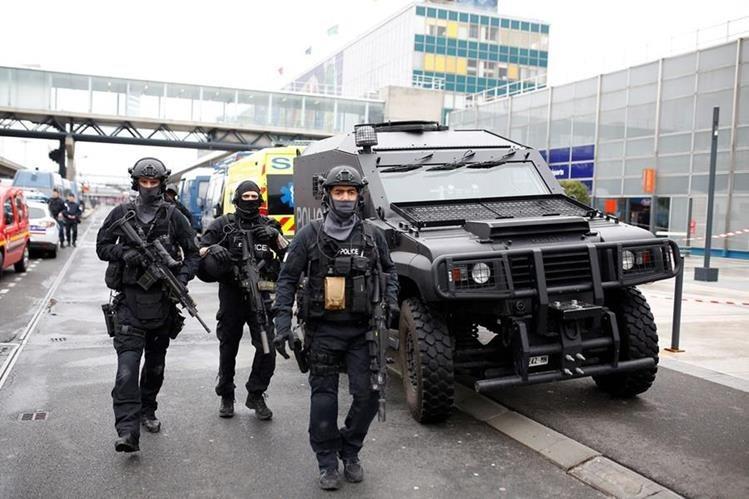 Policía Armada intervienen en el Aeropuerto de Orly, Francia, en donde un hombre fue abatido. (Foto Prensa Libre: EFE).
