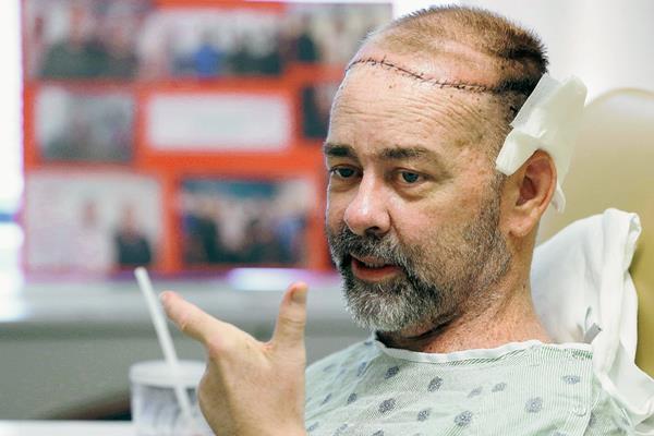 James Boysen es entrevistado en su cama de hospital en el Hospital Metodista de Houston, Texas.(Foto Prensa Libre:AP)
