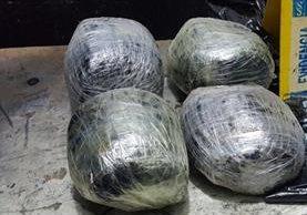 Paquetes con marihuana decomisados a joven salvadoreño. (Foto Prensa Libre: PNC)