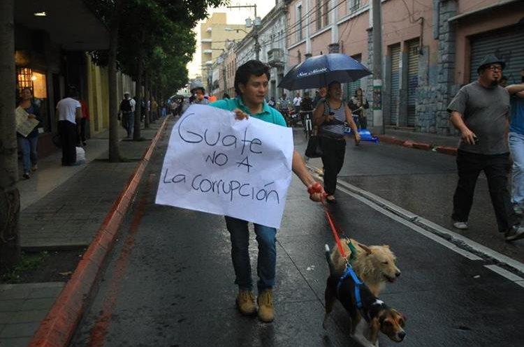 Este manifestante porta un cartel contra la corrupción en el Congreso de la República.
