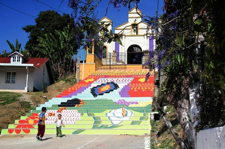 Las gradas  de la Iglesia de El Calvario en San Cristóbal Verapaz fueron pintadas por 32 artistas. (Foto Prensa Libre: Eduardo Sam)