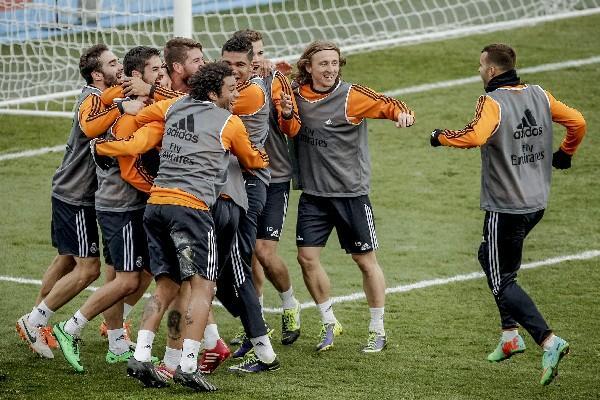 Los jugadores del Real Madrid se divierten en su entrenamiento, previo a enfrentar este jueves al PSG en Doha. (Foto Prensa Libre: EFE)