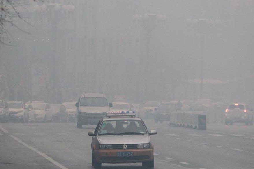 China registra en los últimos días picos alarmantes de contaminación atmosférica. (Foto Prensa Libre: AFP).