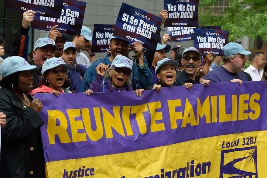 Reunificación familiar es lo que piden estos manifestantes en Estados Unidos, quienes luchan por beneficios migratorios. (Foto Prensa Libre: AFP).