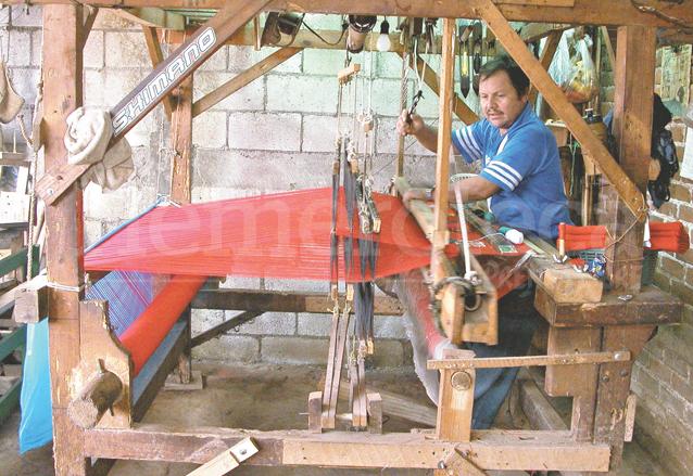Telar manual que utiliza Modesto Alburez en El Tejar, Chimaltenango. (Foto: Hemeroteca PL)
