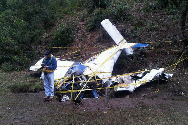 <p>Técnico de Aeronáutica Civil verifica restos de avioneta. (Foto Prensa Libre: Óscar Figueroa)</p>