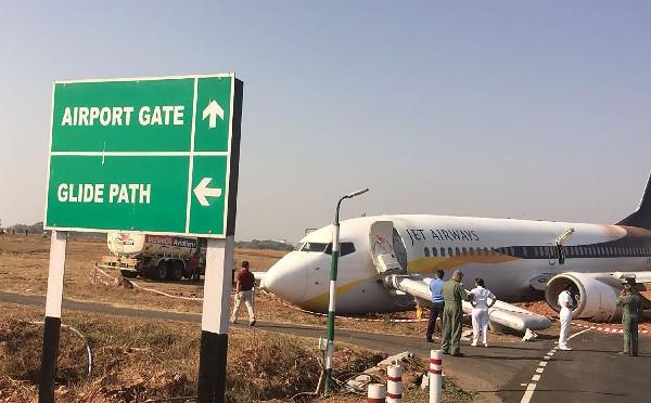 El avión de Jet Airways sofrió daños después de salirse de la pista.(AFP).