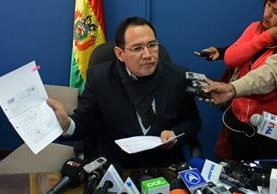 El fiscal general del estado boliviano, Ramiro Guerrero, muestra los documentos que muestran el certificado de nacimiento falso del supuesto hijo de Morales. (Foto Prensa Libre: EFE).