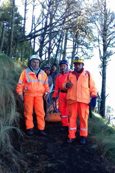 Socorristas efectúan búsqueda de turistas extraviados en el volcán Acatenango. (Foto Prensa Libre: Bomberos Voluntarios)