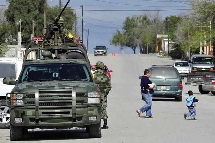 Militares resguardan una zona de Tamaulipas, estado que constantemente es asediado por la violencia. (Foto Prensa Libre: Hemeroteca PL).