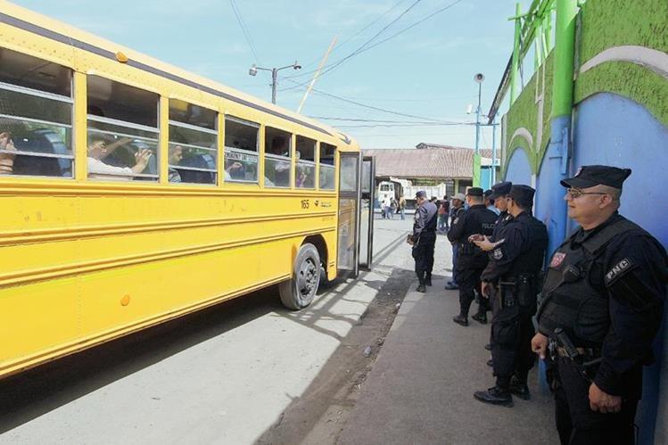 La Policía Nacional Civil de El Salvador monta guardia en una  terminal de autobuses  en San Salvador. (Foto Prensa Libre:EFE).