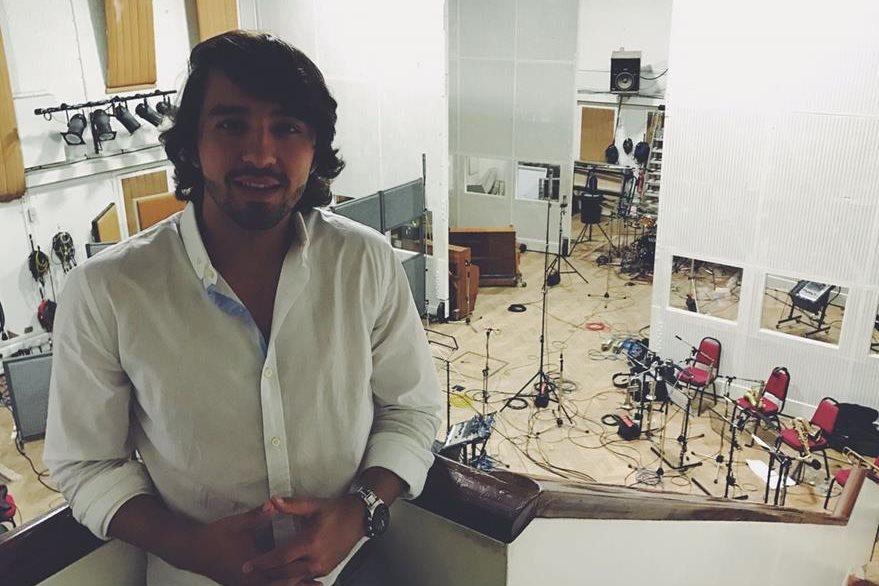 El guatemalteco  fue el ingeniero de sonido durante la grabación del EP de la agrupación española   The GrooBand, cuyo material estaría listo en mayo.(Foto Prensa Libre: Cortesía Nico Farias)