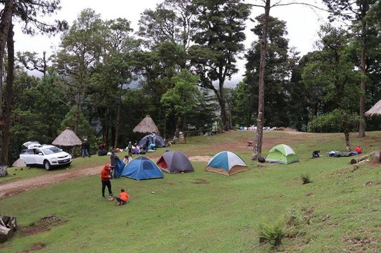 Acampar es una de las opciones que  ofrece el sitio ecoturístico Pino Dulce, en Mataquescuintla. (Foto Prensa Libre: Hugo Oliva)
