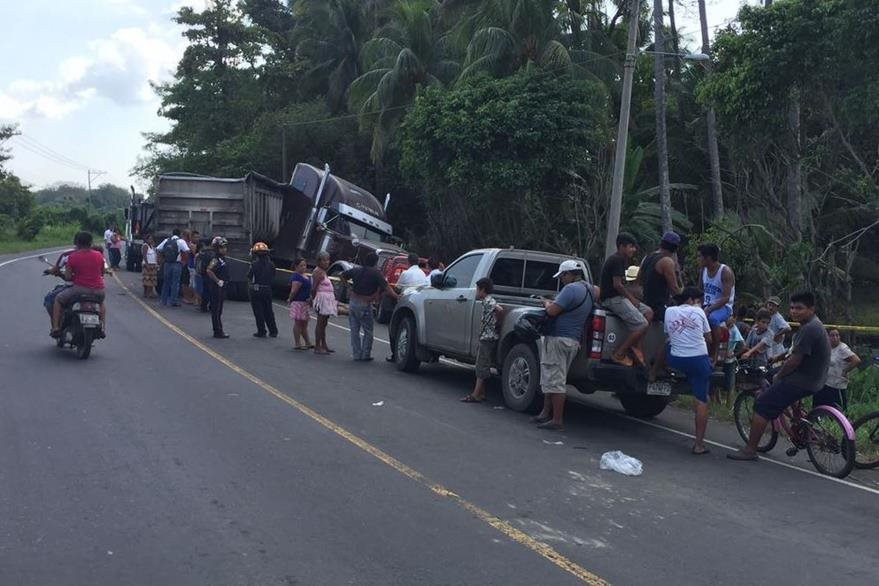 Automotores accidentados en la ruta a Puerto San José permanecen en el lugar del percance. (Foto Prensa Libre: Carlos E. Paredes)