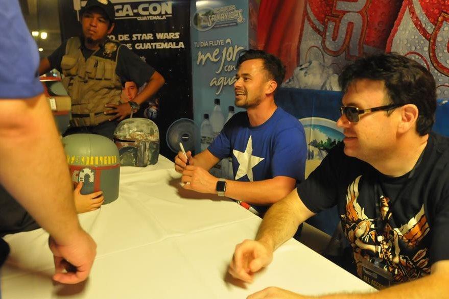 El actor Daniel Logan repartió autógrafos a los fanes. (Foto Prensa Libre: Ana Lucía Ola)