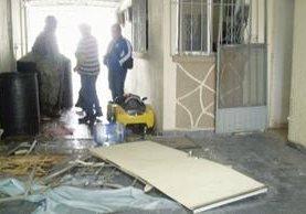 Los vecinos contaron a las autoridades que luego de la explosión salieron corriendo varias personas. (Foto Prensa Libre: La Prensa)