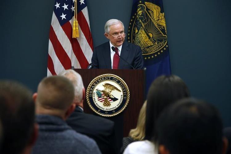 Jeff Sessions discute políticas de ciudades santuario con autoridades en Portland, Oregón.(AP).