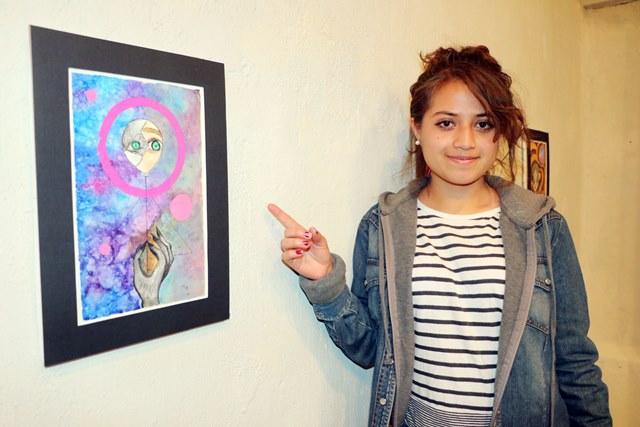Daniela Ochoa, expone en sus lienzos temores propios.(Foto Prensa Libre: Carlos Ventura)