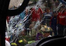 El ataque armado contra el piloto Nimbro Carmona López, de 44 años, se registró en en el km 75.8 de la ruta Nacional 14, caserío Bosareyes, Ciudad Vieja, Sacatepéquez. (Foto Prensa Libre: Renato Melgar)