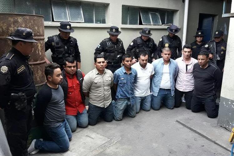 Los ocho capturados efectuaban allanamientos ilegales en EL Jícaro. (Foto Prensa Libre: Cortesía PNC)