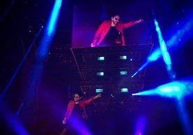 Beto Cuevas cayó en un agujero durante un concierto (Foto Prensa Libre: Facebook / 90's Pop Tour).