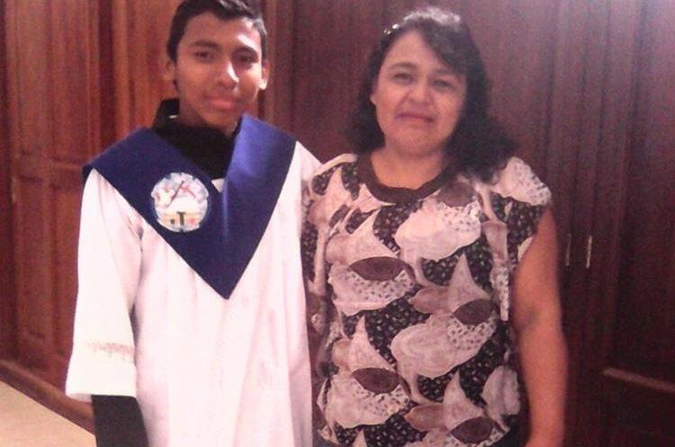 Luis Enrique Arriola Morales se ha desempeñado como monaguillo en la iglesia San Juan Bautista, en Amatitlán. Lo acompaña su mamá Heidy Morales. (Foto Prensa Libre: Cortesía).
