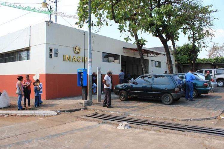 Morgue de la cabecera de Escuintla, donde permanece el cadáver carbonizado. (Foto Prensa Libre: Enrique Paredes).