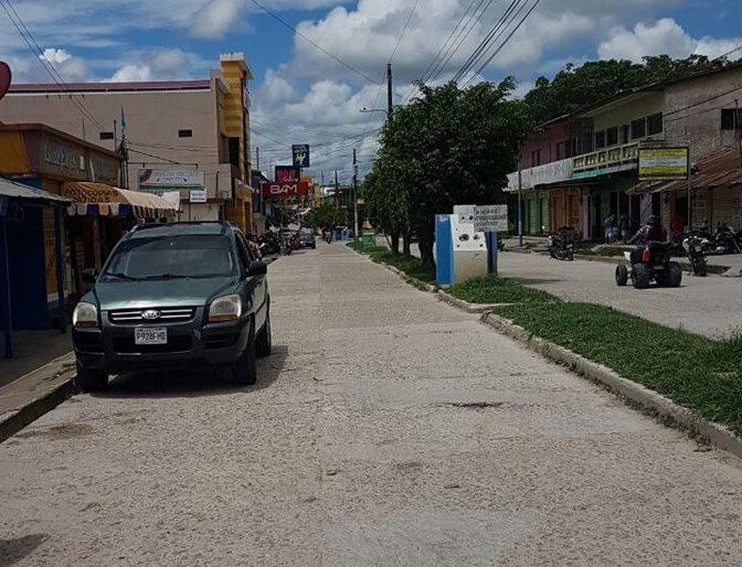 Según los comerciantes los apagones les causan pérdidas.( Prensa Libre: Rigoberto Escobar)