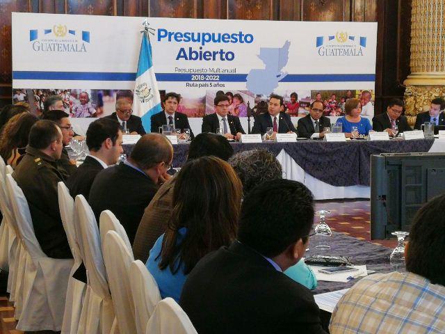 Autoridades del Ejecutivo reunidos por el Presupuesto Abierto 2018. (Foto Prensa Libre: Álvaro Interiano)