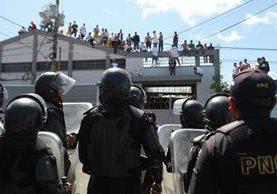 Internos treparon los muros del correccional para escapar. (Foto Prensa Libre: Álvaro Interiano)