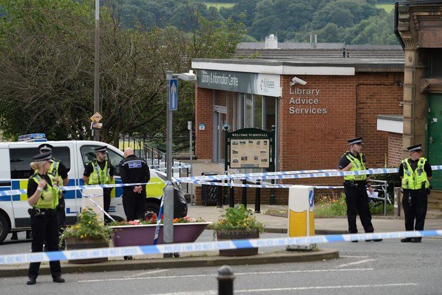 Policías británicos resguardan la escena del crimen. (Foto Prensa Libre: AFP).