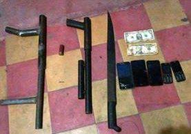 Armas y teléfonos móviles decomisados a cuatro salvadoreños detenidos en Moyuta, Jutiapa. (Foto Prensa Libre: PNC)