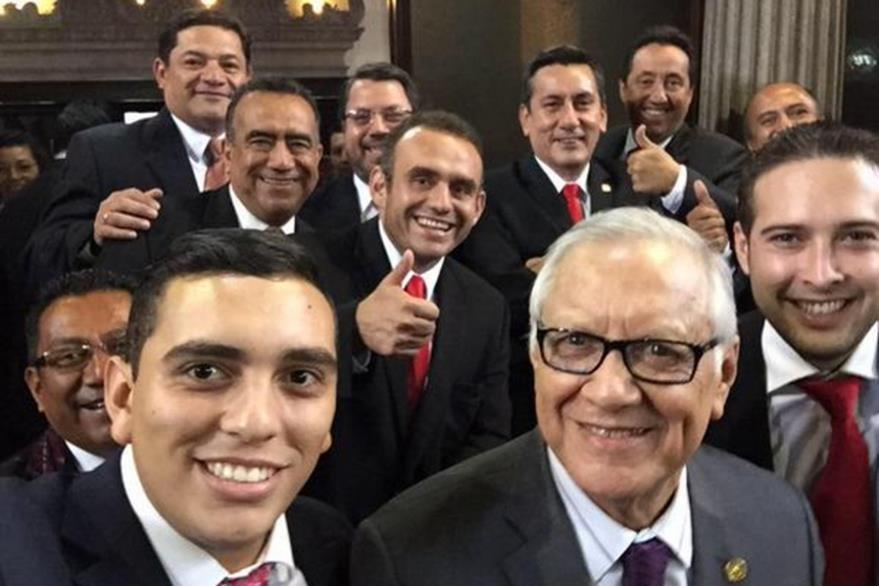 Juan Manuel Giordano, el diputado más jóven y más tránsfuga del Congreso -en primer plano- se toma una selfie junto al presidente Alejandro Maldonado. (foto Prensa Libre: Tuiter)