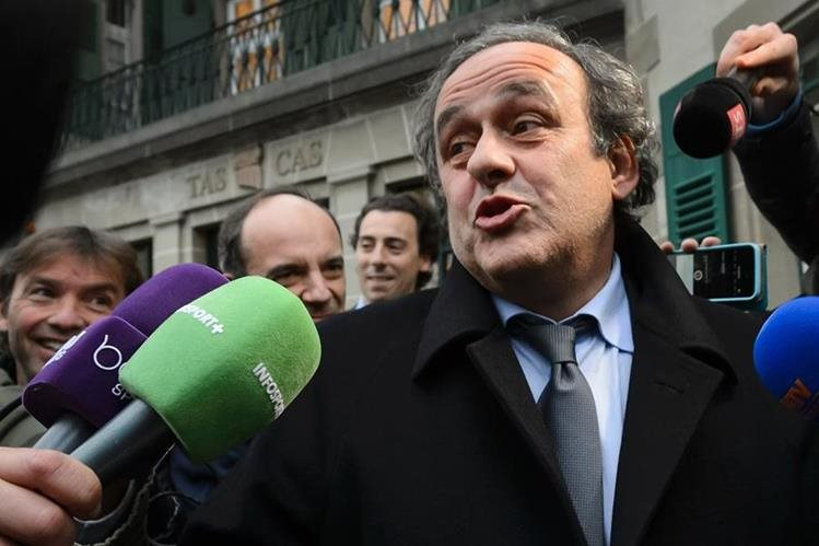 Michel Platini responde las preguntas de los periodistas luego de declarar ante el TAS. (Foto Prensa Libre: AFP)