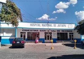 La mujer atacada con machete fue trasladada al Hospital Nacional de Jutiapa, donde falleció. (Foto Prensa Libre: Hugo Oliva)