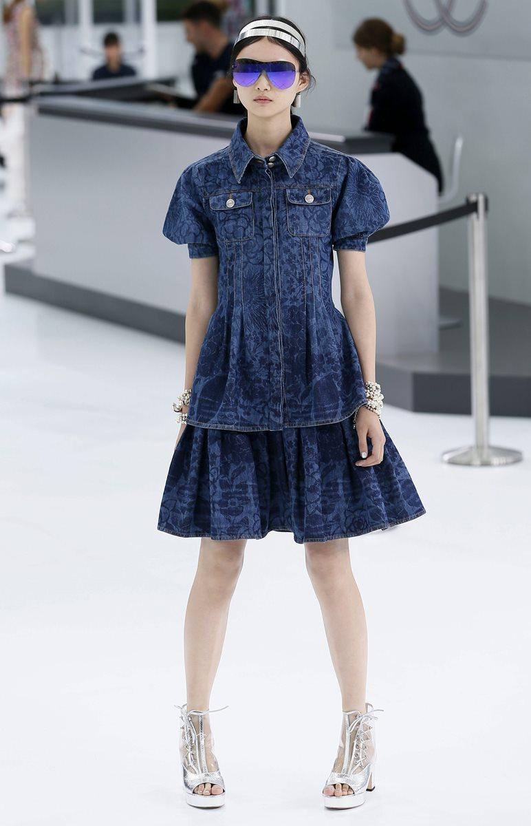 Chanel presentó una colección más urbana con diseños vanguardistas que evocaban la juventud pero con una pincelada de elegancia. (Foto Prensa Libre: EFE).