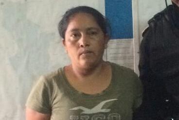 Maricruz López es trasladada a la subestación de la PNC en la cabecera de Jutiapa. (Foto Prensa Libre: PNC)