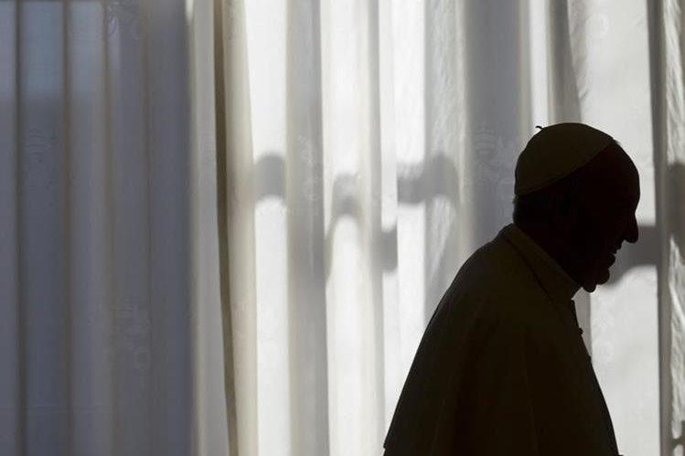 El papa Francisco lleva esperanza a migrantes de la isla griega de Lesbos. (Foto Prensa Libre: AP).