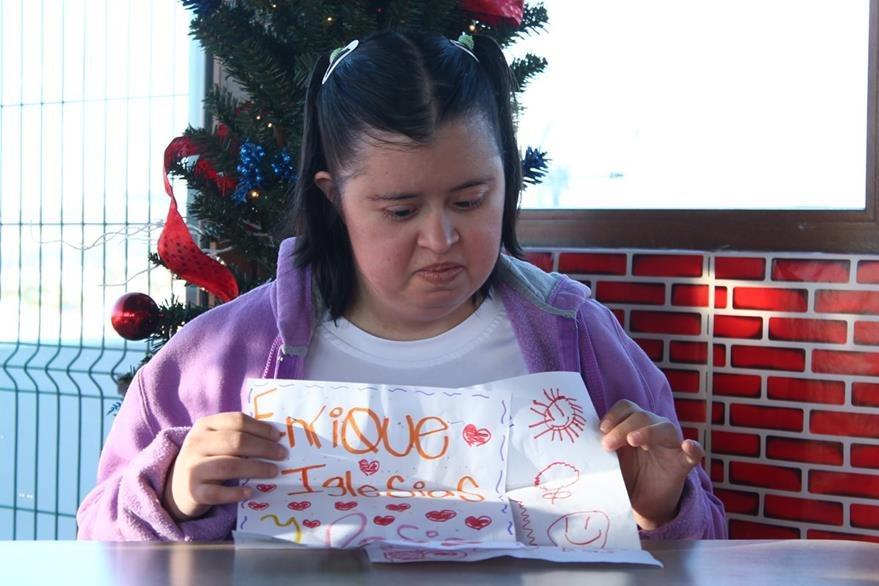 Rosemarie ha escrito varias cartas que espera entregar al artista. (Foto Prensa Libre: Josué León)