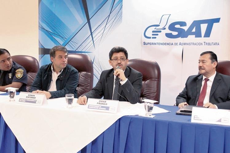 AmÍlcar Montejo y el alcalde  Edwin Escobar,  en  representación  de las PMT de Guatemala y  Villa Nueva; Omar Franco  y Francisco Rivera de la SAT, dan detalles de nuevo sistema.